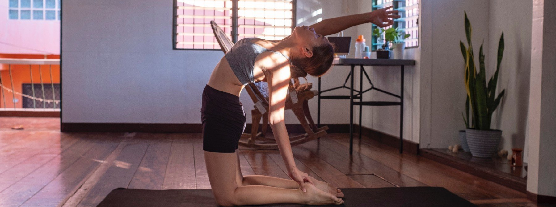 5 stimmungsaufhellende Workouts & Übungen, für die du nicht viel Platz brauchst