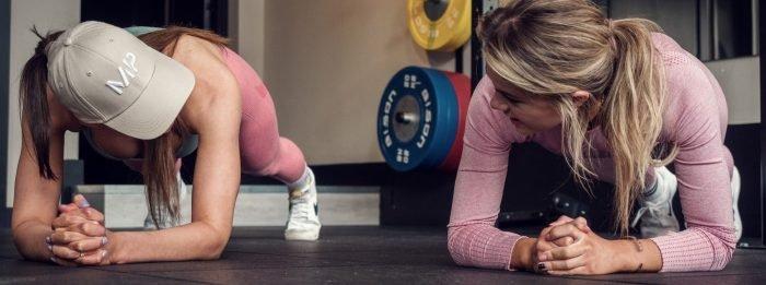 Fitwaffle & Naturallystefanie treten gegeneinander an, um zu entscheiden, wer die Gym-Queen ist