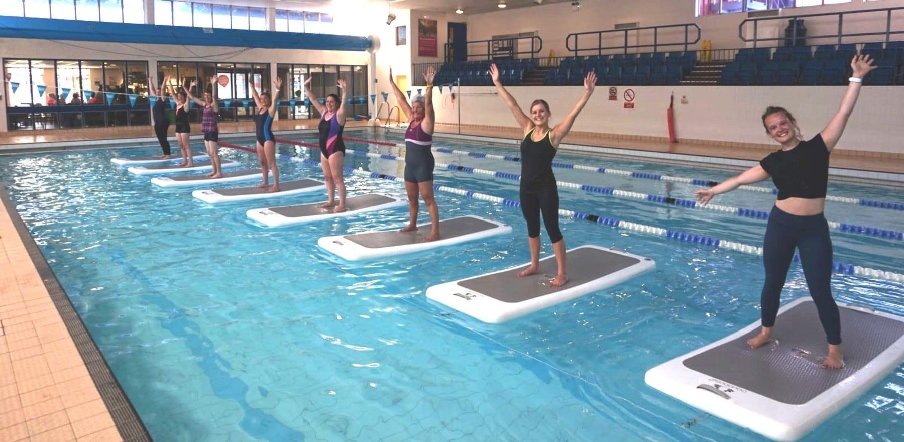 Wir haben einen Floating HIIT Kurs ausprobiert – Und so ist es gelaufen…
