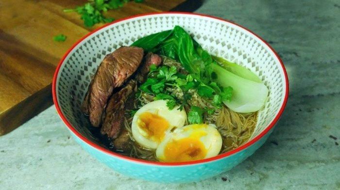 Ramen Nudeln mit Rindfleisch | Japanische Suppe