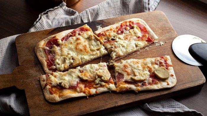 Protein Pizza mit knusprigem Boden