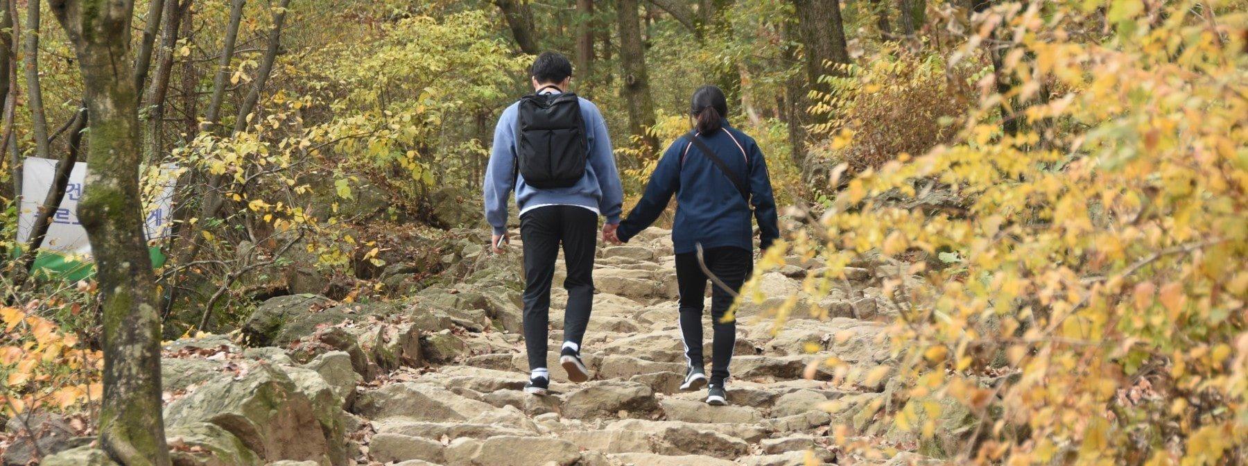 Das Spazierengehen mit einem Partner könnte dich langsamer machen - verrät neue Studie