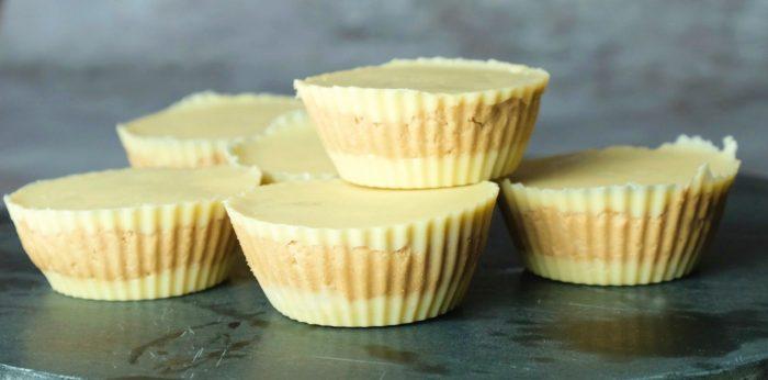 Proteinreiche Peanut Butter Cups mit weißer Schokolade