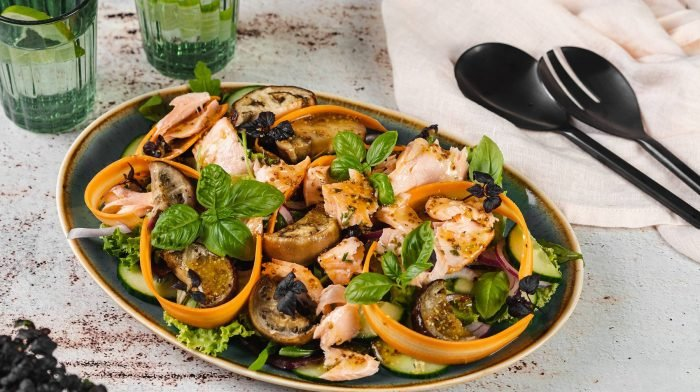 Salat mit gebackenem Lachs