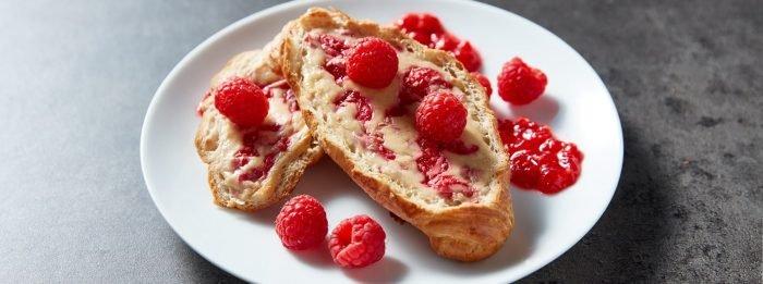 Mit Himbeer Käsekuchen gefüllte Croissants | Proteinreiches Frühstück