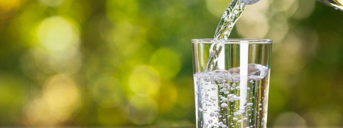 Wie viel Wasser solltest du am Tag trinken?