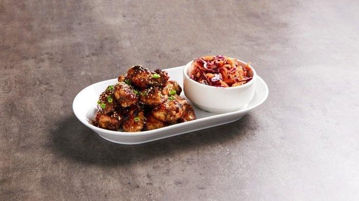 Alitas de pollo chinas y ensalada de col | Recetas Fakeaway