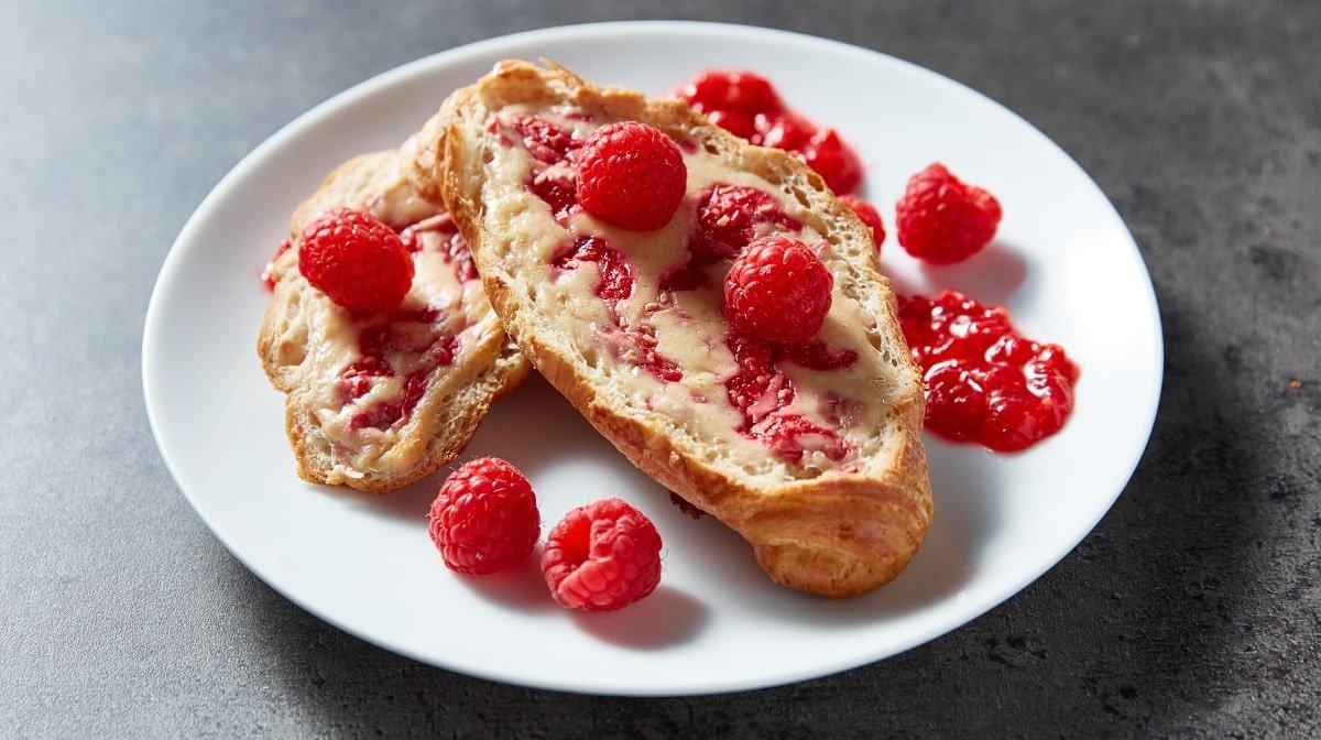 Croissants rellenos de cheesecake de frambuesa | Desayuno rico en proteínas