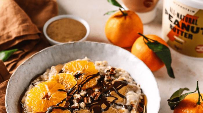 Porridge vegano alle clementine, burro di arachidi e cioccolato