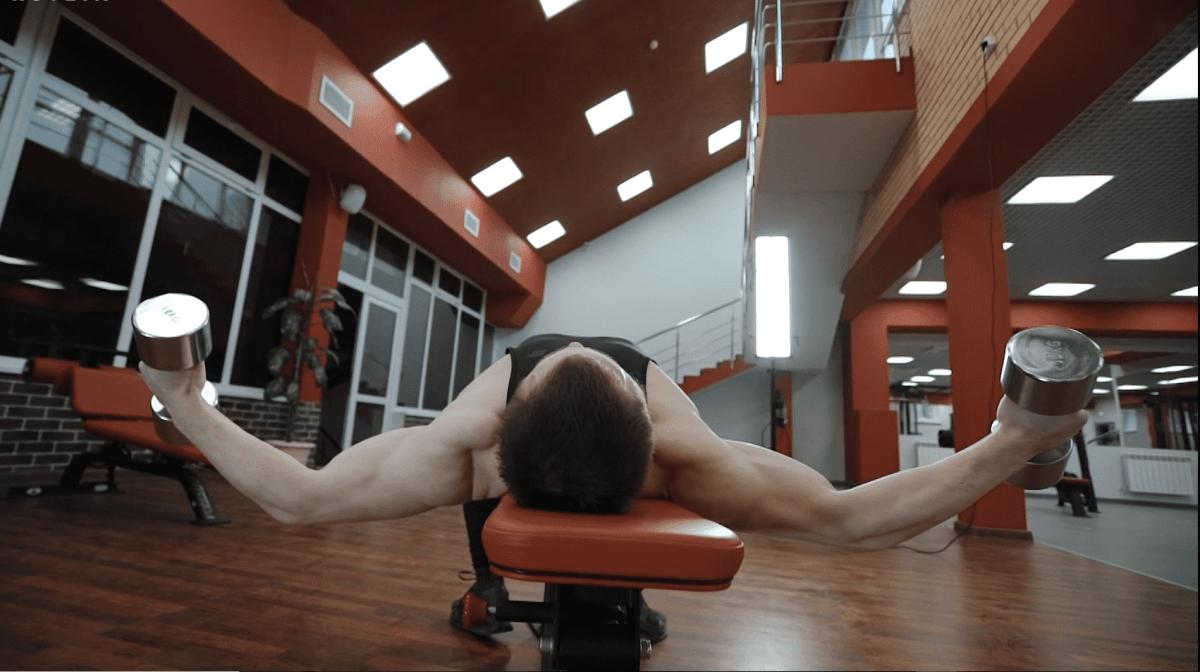 Como Executar Crucifixos com Halteres   Benefícios & Técnica