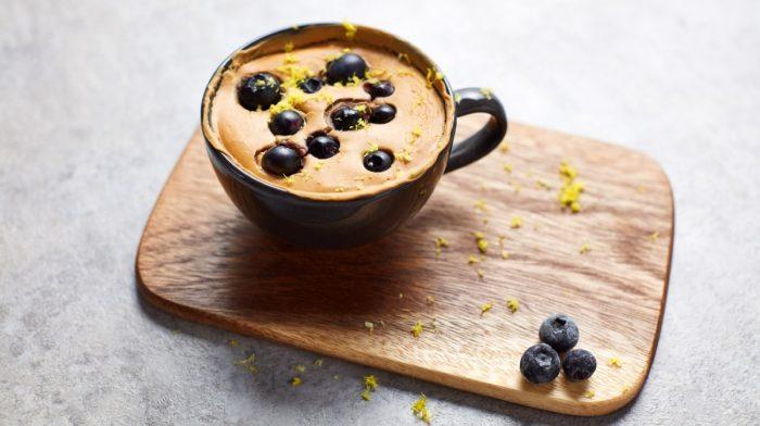 Bolo de Caneca Proteico Vegano de Mirtilos