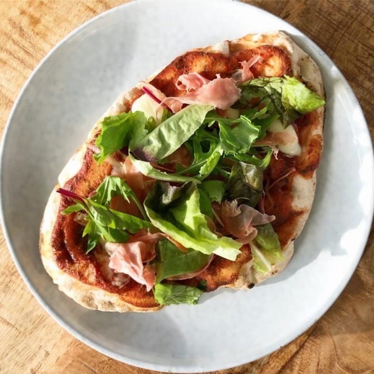 Naanpizza | Met ham, rucola & Italiaanse kruiden