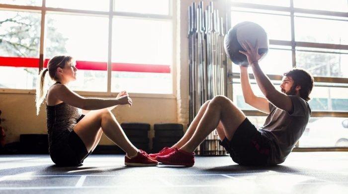 De beste 15 core oefeningen vanuit huis of de sportschool