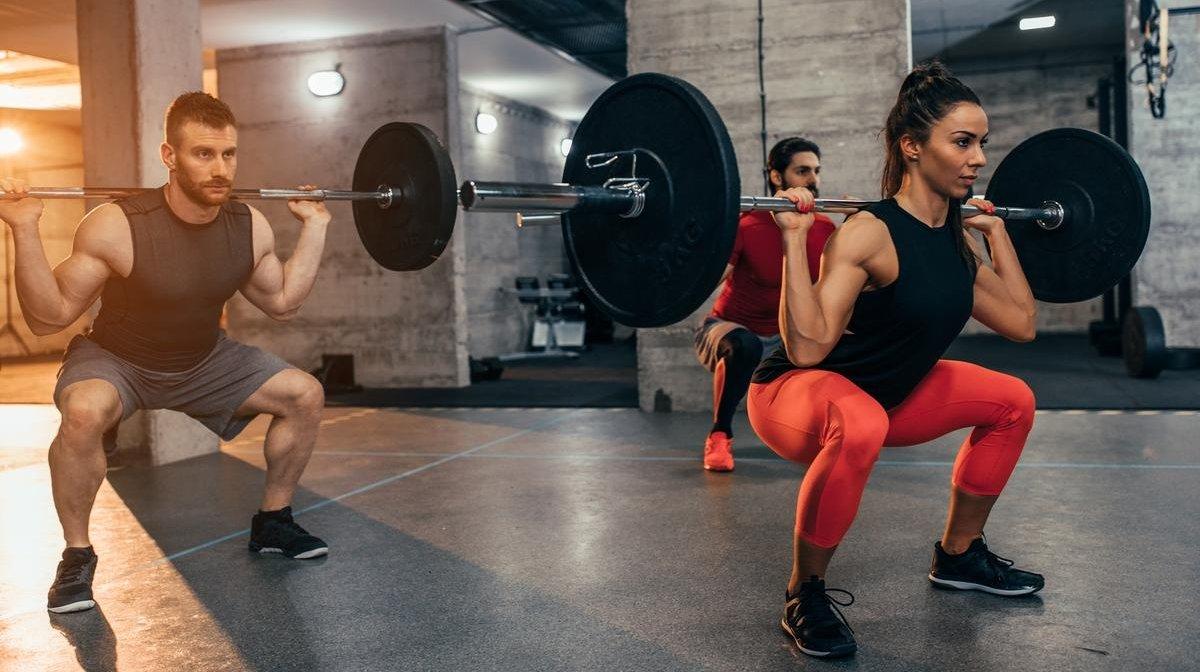 Kun je spieren opbouwen met slechts een barbell? De enige apparatuur die je nodig hebt voor de sportschool
