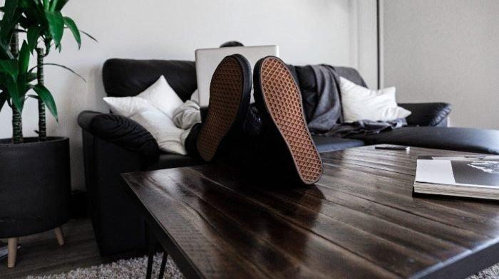 4 outfits om je thuiswerkgarderobe nieuw leven in te blazen