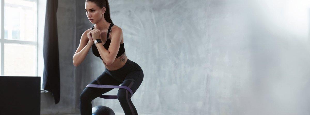 Verhoog je hartslag met deze 20 minuten durende full-body weerstandsbandtraining