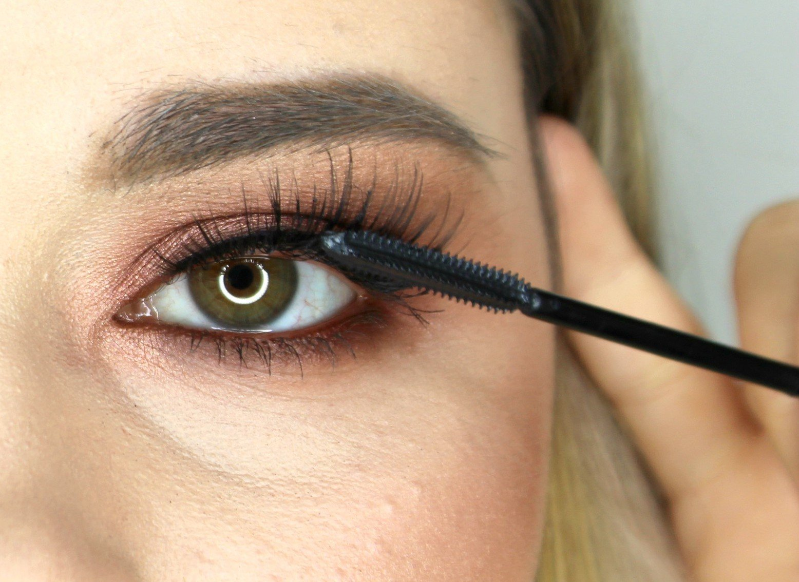 apply mascara to false lashes