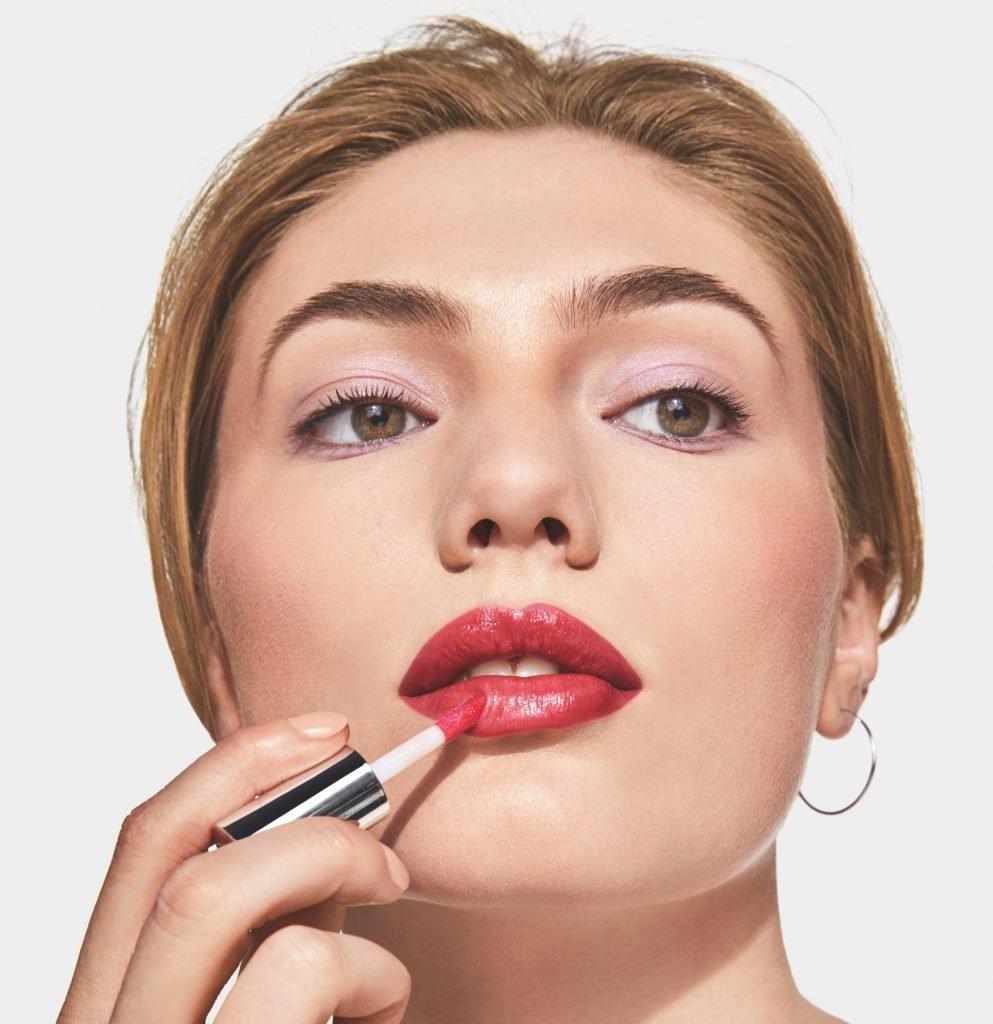Trendig makeup med rosiga kinder och läppar