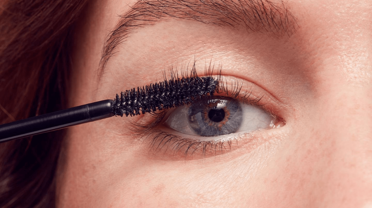 How Do You Apply Mascara For Beginners?