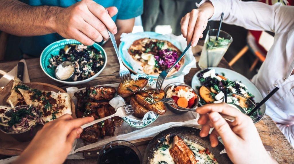 Jedzenie wraz z przyjaciółmi