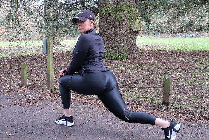 Rozciągająca się kobieta w parku