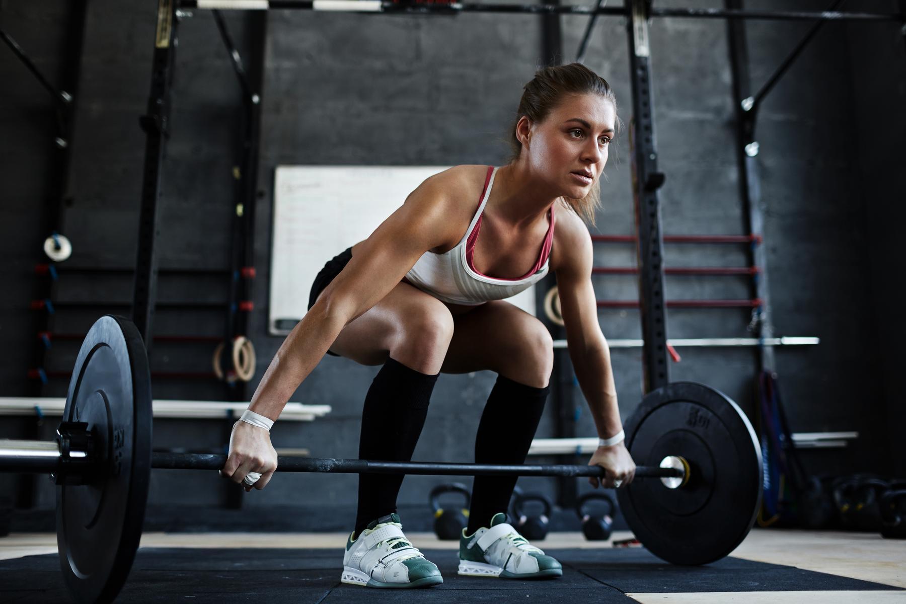 Trenująca kobieta, trening dla kobiet