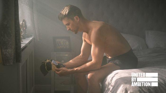 Jamie siedząc na łóżku