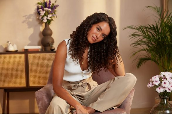 Model with z shaped curls using Christophe Robin's curl range for different types of natural curls.