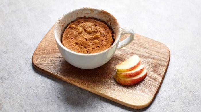 Proteínový Hrnčekový Koláč S Jablkom | Dezerty Vhodné Na Prípravu V Mikrovlnke