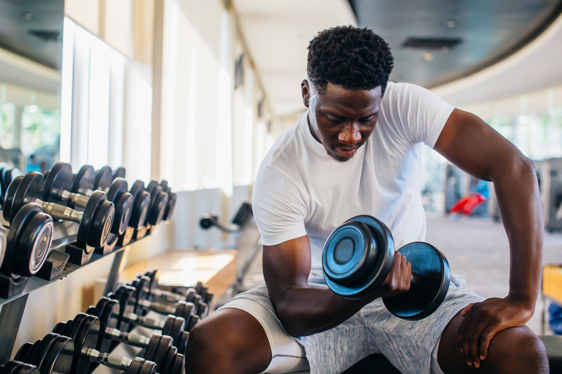 Tréning vrchnej časti tela s jednoručkami | 8 efektívnych cvikov pre veľké svaly