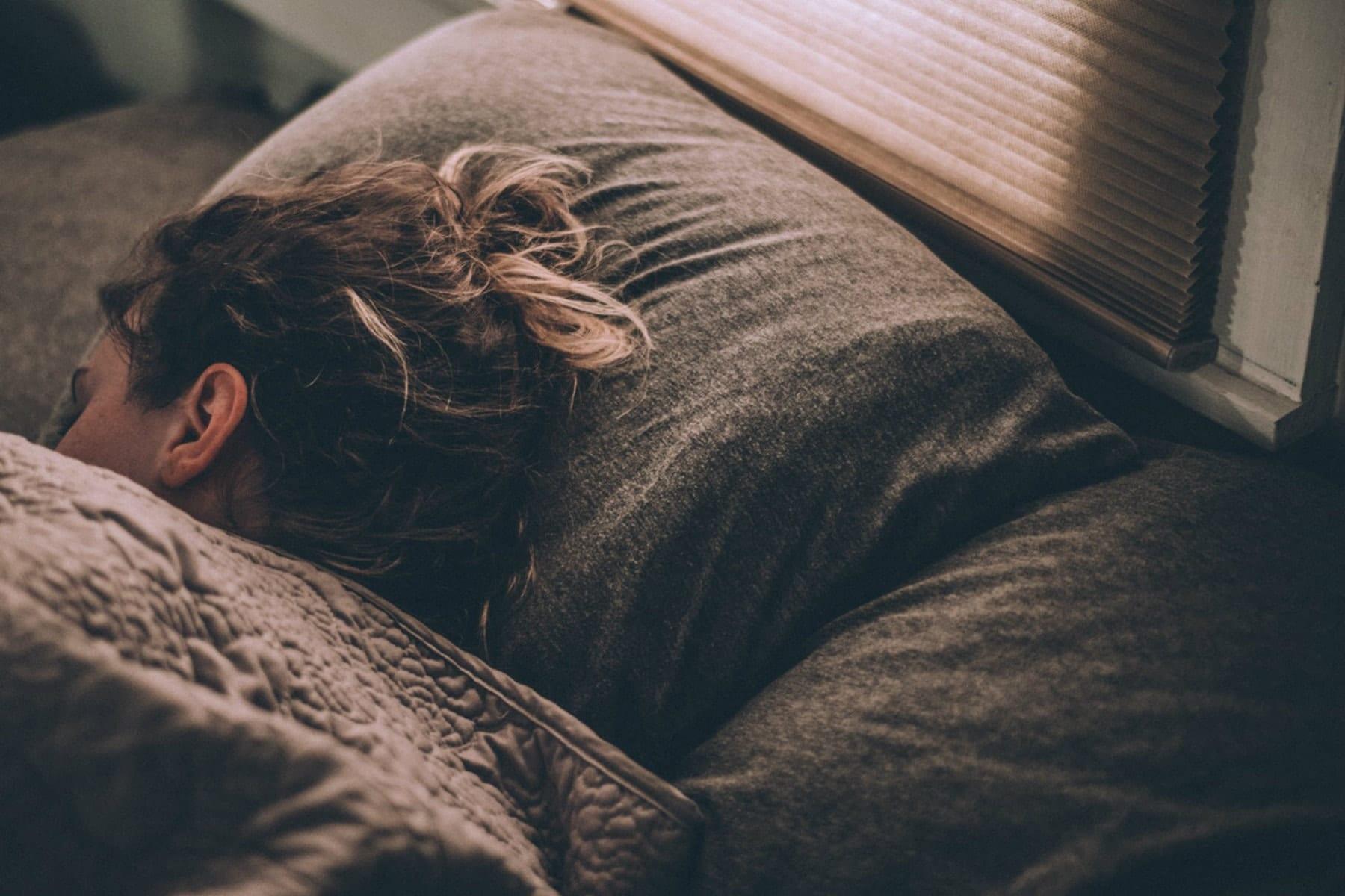 Môže kvalita spánku ovplyvniť to, čo počas dňa zjete? | Zaujímavé štúdie