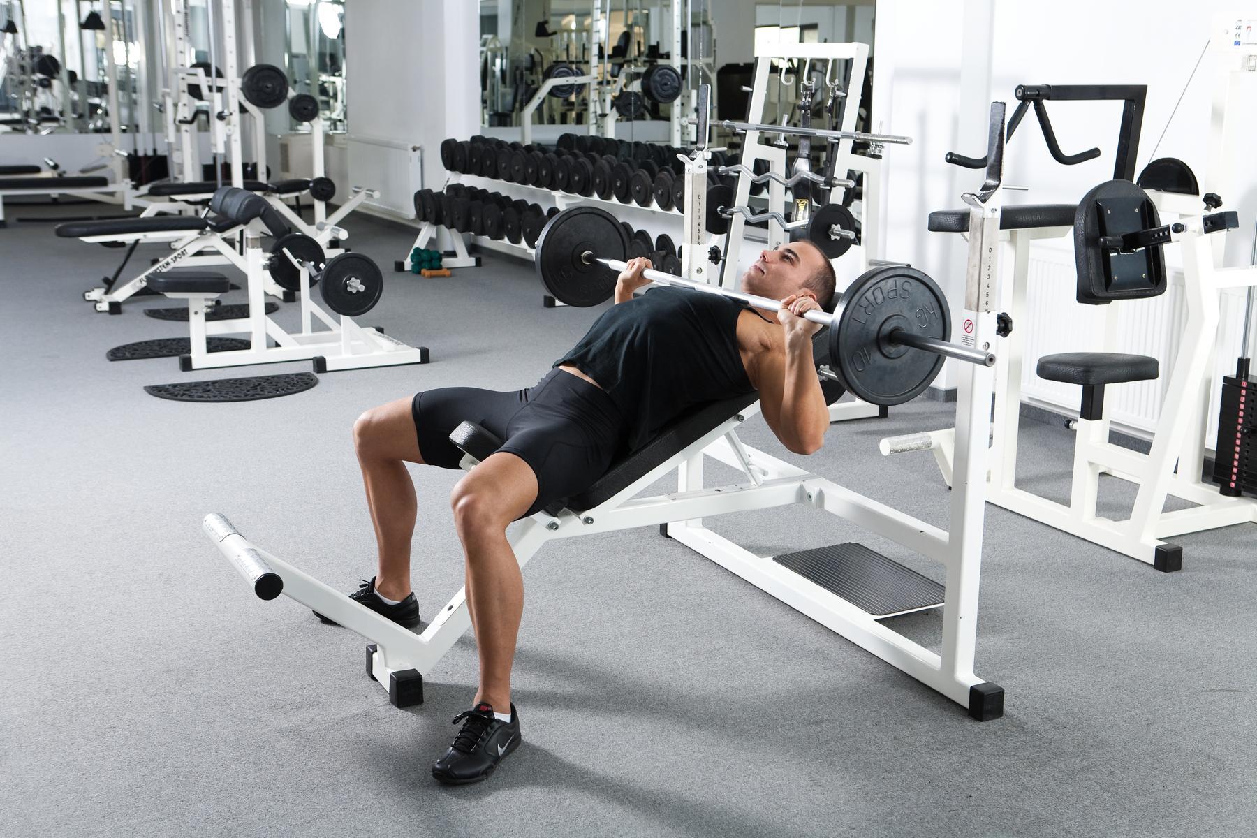 Zlepšite si techniku tlakov na šikmej lavičke | Tipy atriky