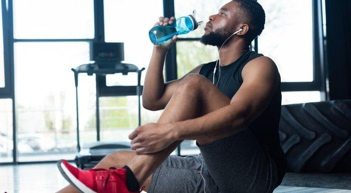 športovec pije vodu so šejkra