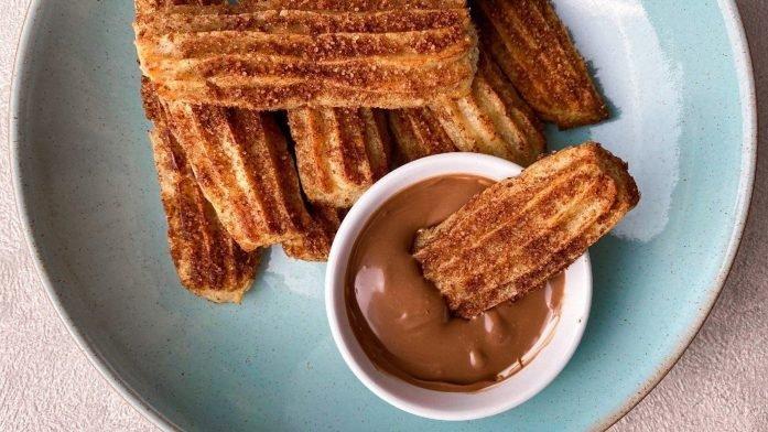 Hälsosamt bakade churros med proteinchoklad