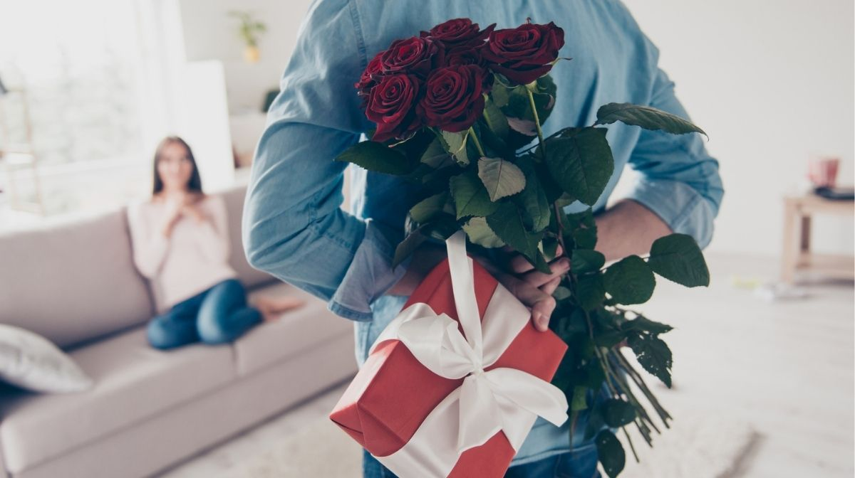 man giving woman Valentine's gift