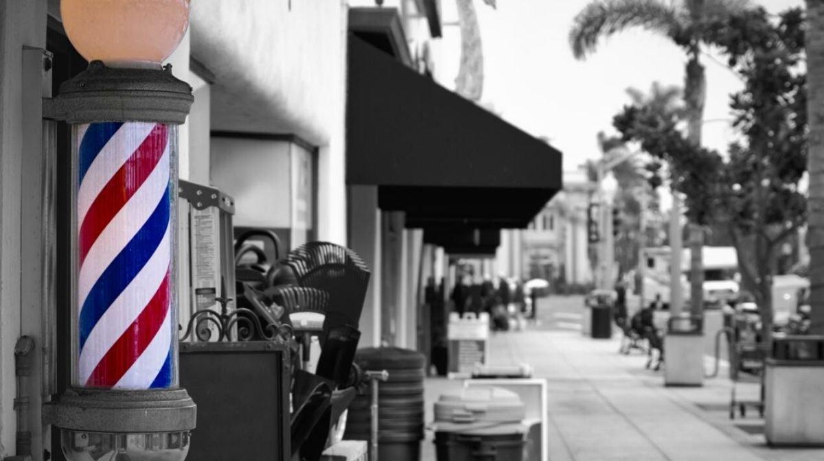 Barber's Pole: Die blutige Geschichte hinter dem rot-blau-weißen Barber Logo
