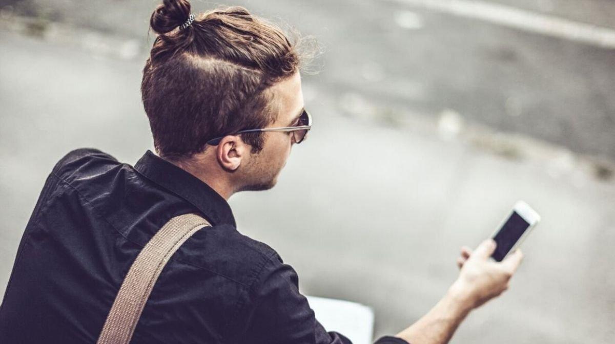 Undercut herauswachsen lassen: dank der Man Bun Männerfrisur