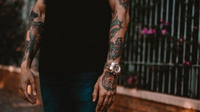 Rasieren mit Tattoos und Piercings