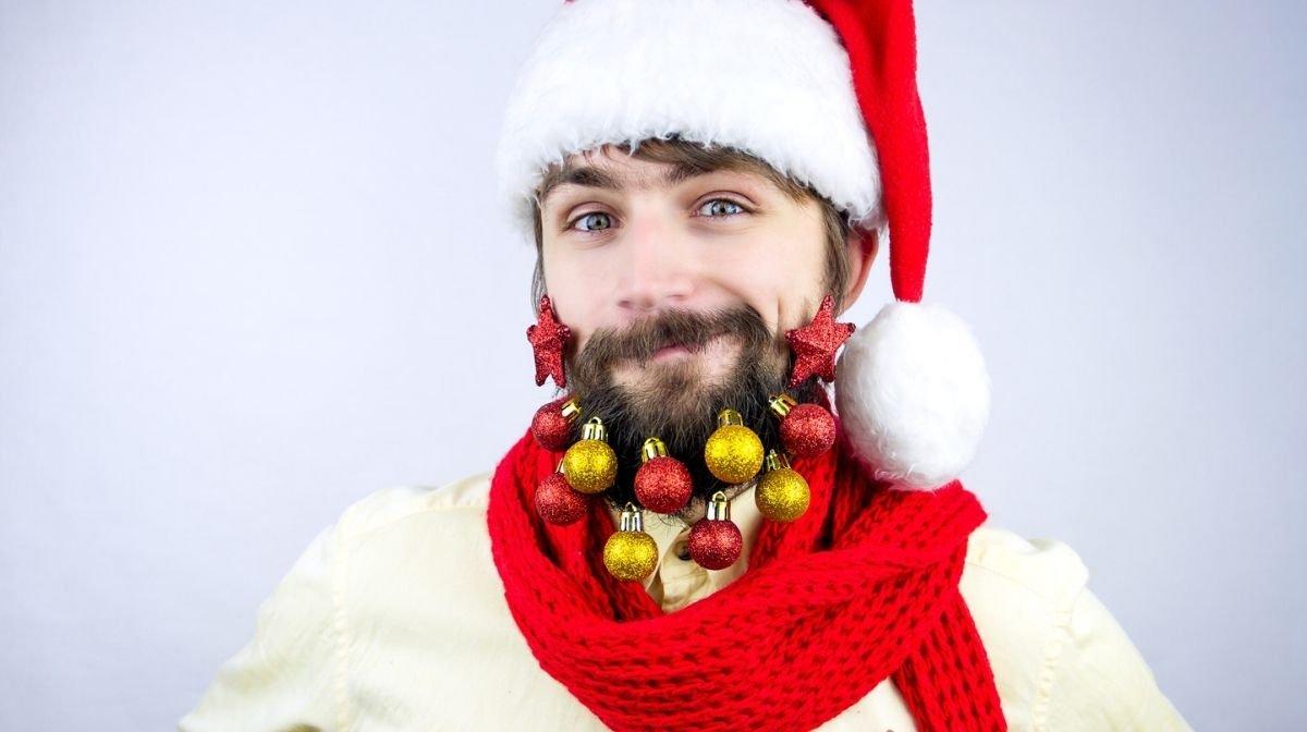 Weihnachtsbart mit Weihnachtskugeln