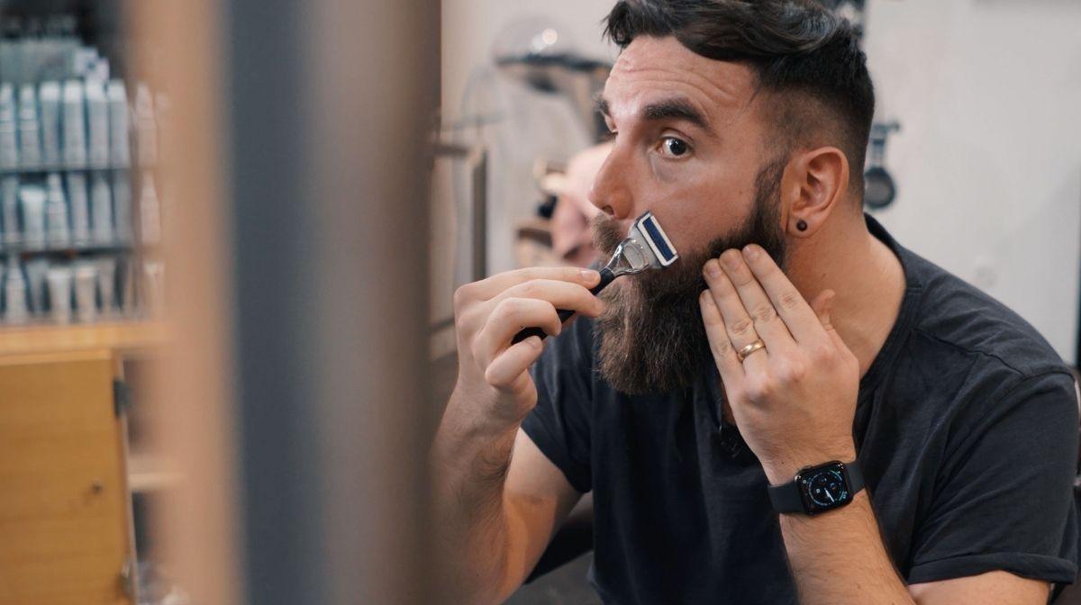 Präzise Konturen rasieren mit der Präzisionsklinge des King C. Gillette Halsrasierers