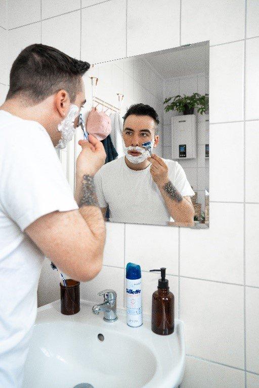Erst die Wangen, danach Hals, Kinn und den Mundbereich rasieren | Gillette DE