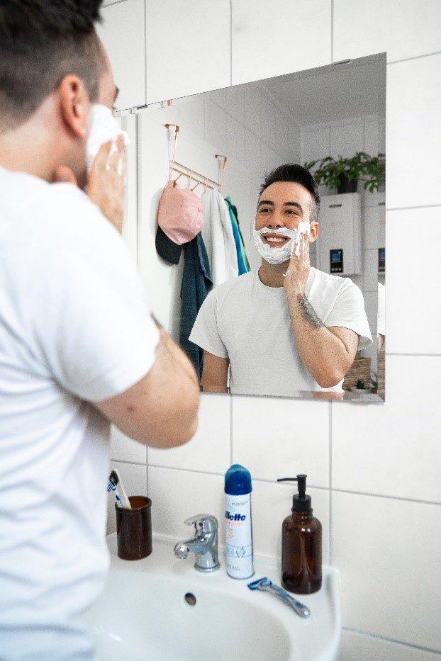 Für eine reibungslose, angenehme Rasur, trage Rasierschaum oder Gel auf | Gillette DE