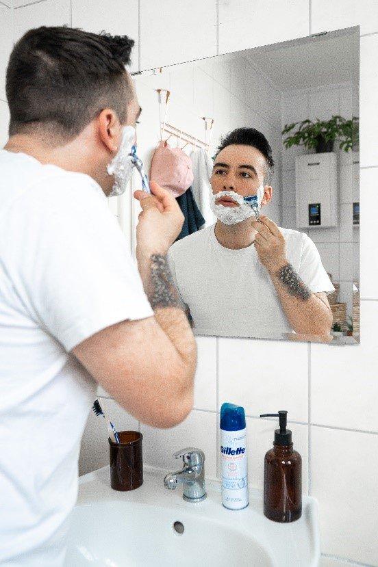 Für eine sanfte Rasur in Wuchsrichtung des Bartes rasieren | Gillette DE