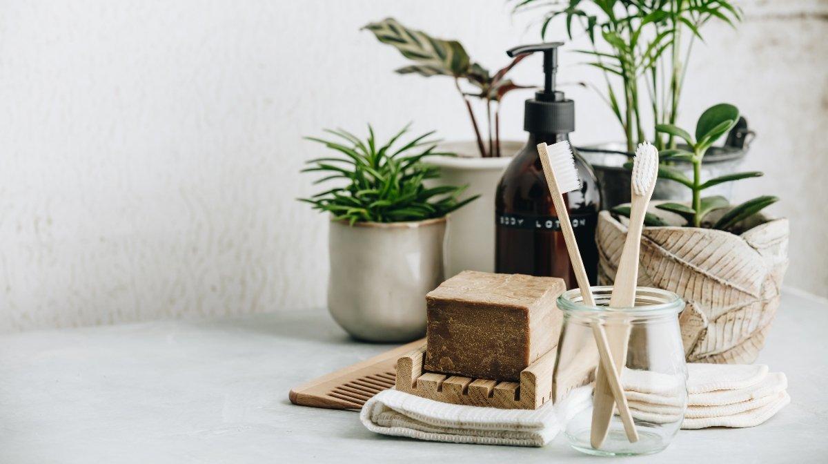 Platziere die Zahnbürste in einem Becher für mehr Ordnung im Bad   Gillette DE