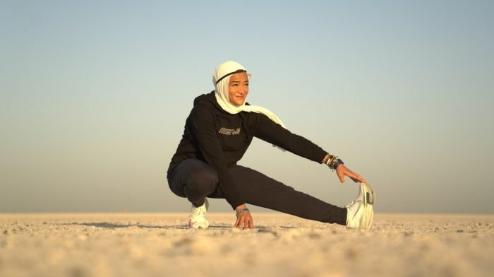 "5 minuten met Manal Rostom | Marathonloper, bergbeklimmer en oprichter van ""Surviving Hijab"""
