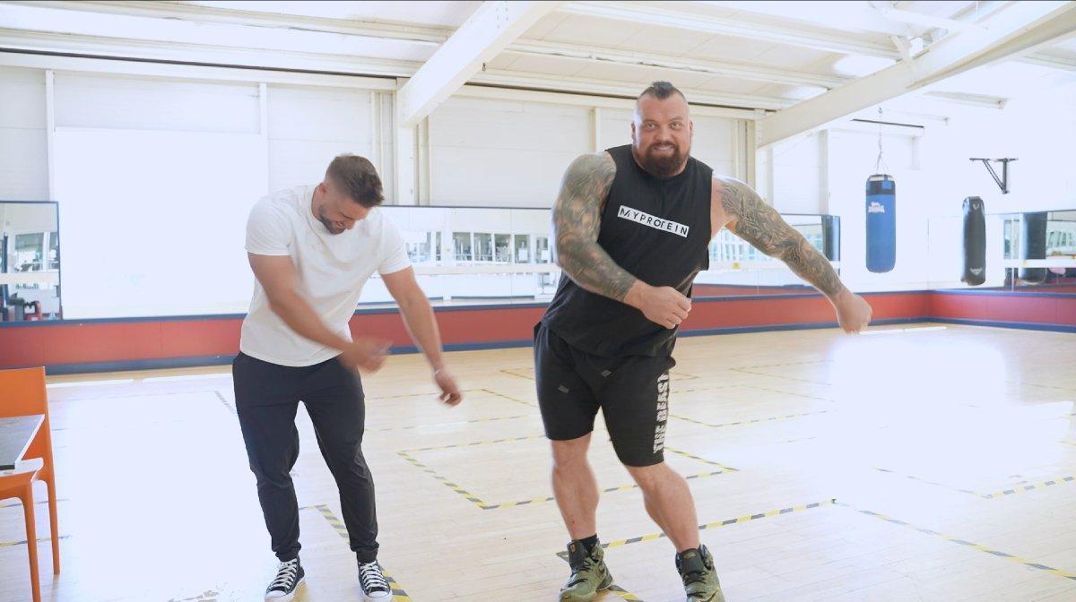 'S Werelds sterkste man neemt het op tegen UK's First Bodybuilding Pro