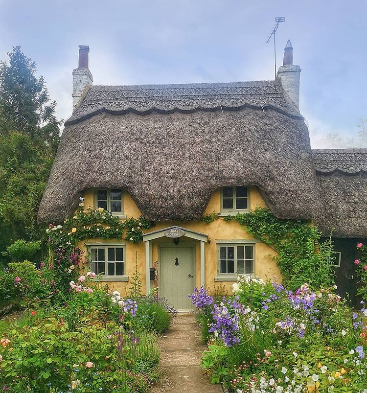 Thatched room cottage in Warwickshire