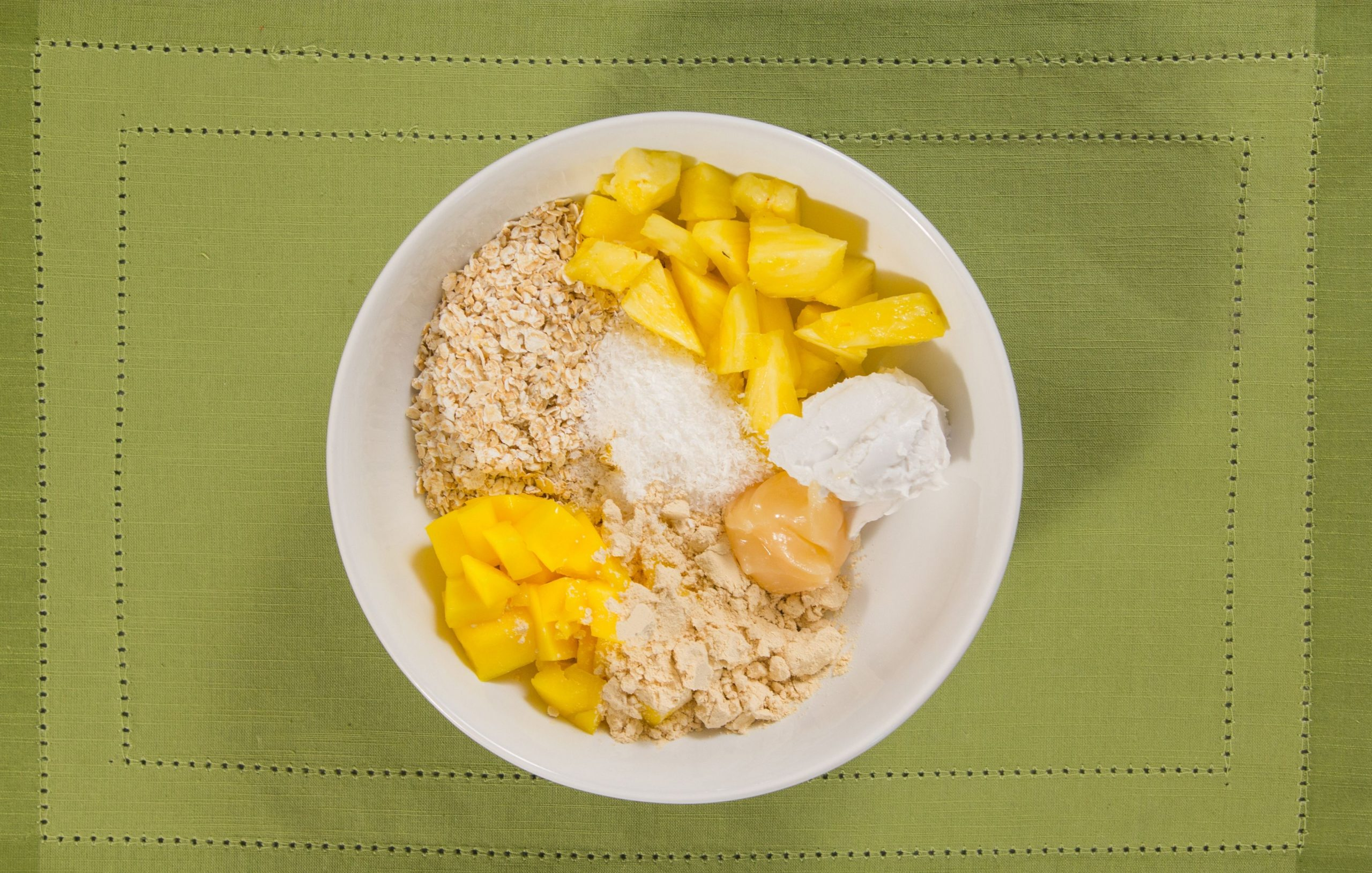 Overnight porridge biologique à l'ananas et à la mangue
