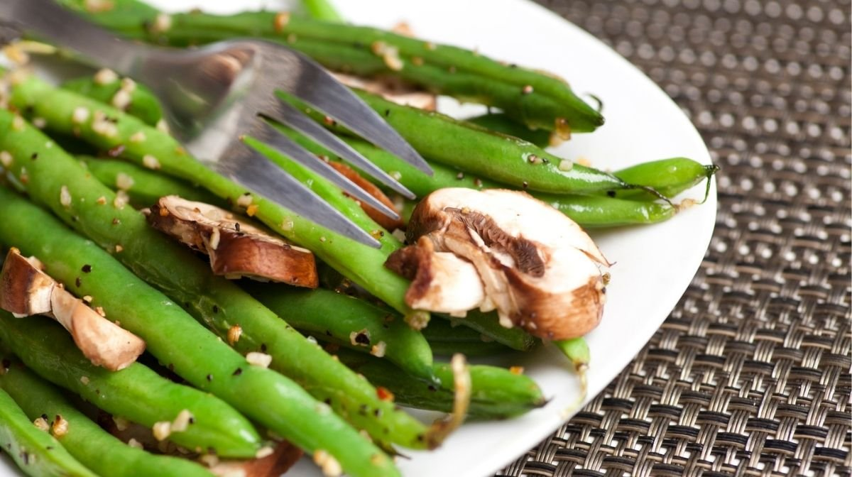 Recipe: Garlicky Green Beans & Mushrooms