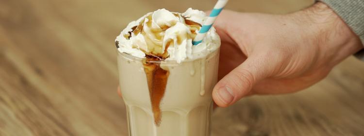 Proteinová ledová káva se šlehačkou